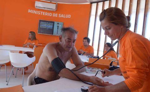Una encuesta en la Costa revel� que casi la mitad de los turistas no hace actividad f�sica. Control arterial en Mar del Plata.