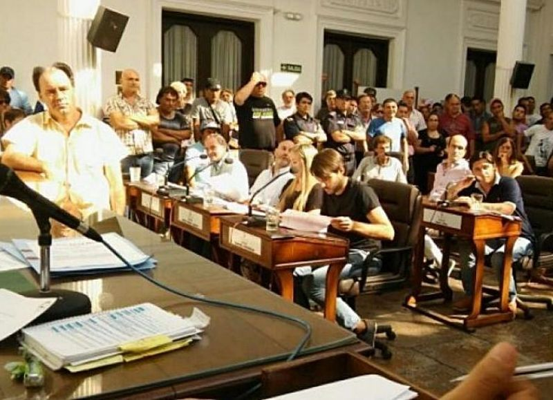 En una tensa sesión extraordinaria del Concejo Deliberante de San Nicolás, los ediles aprobaron una declaración de emergencia hídrica y un pedido de interpelación al intendente Ismael Passaglia que se sometió dos veces a votación, siendo en segundo término rechazado.