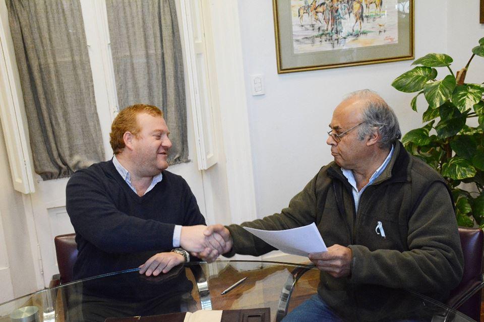 El municipio local y ARPA - San Antonio de Areco firmaron este viernes por la mañana la segunda renovación del convenio para el mantenimiento, conservación, reparación y mejora de la red vial rural del partido.