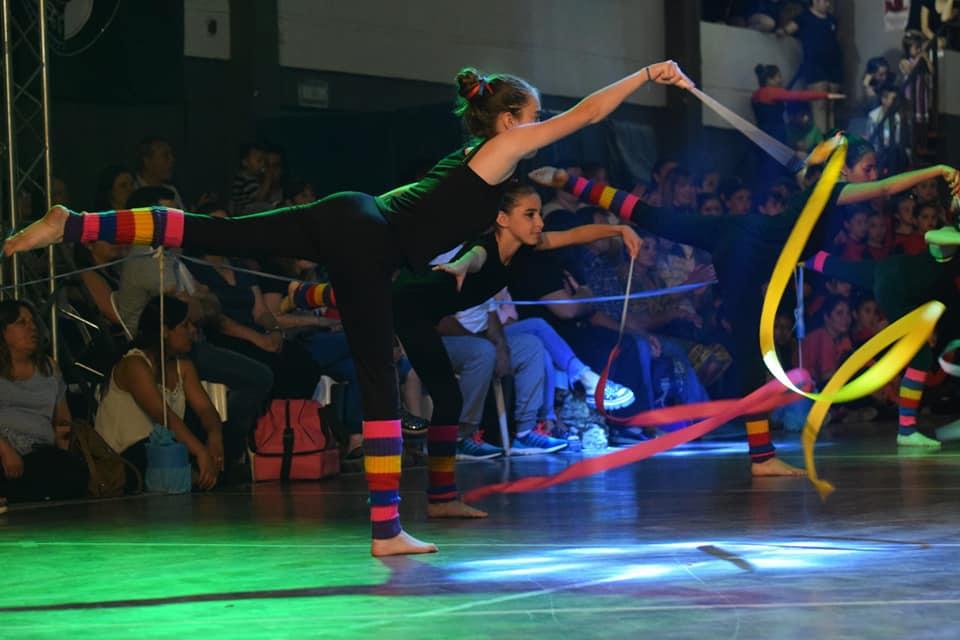 Con un Saigos colmado y más de 100 artistas en escena, el pasado sábado por la noche el Gimnasio Municipal tuvo dos horas a puro show con 25 coreografías de las 9 escuelas participantes de patín, gimnasia y danzas.