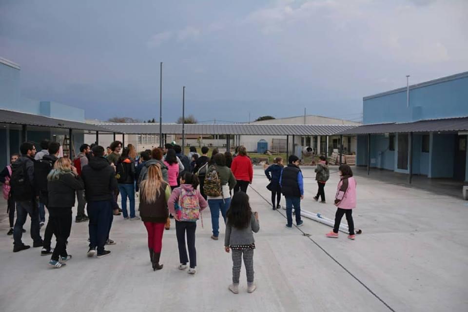 Los chicos y las chicas de Arco de la Libertad - Coro y Orquesta Municipal recorrieron este lunes el nuevo edificio del nivel secundario de la Escuela Municipal Manuel Belgrano.