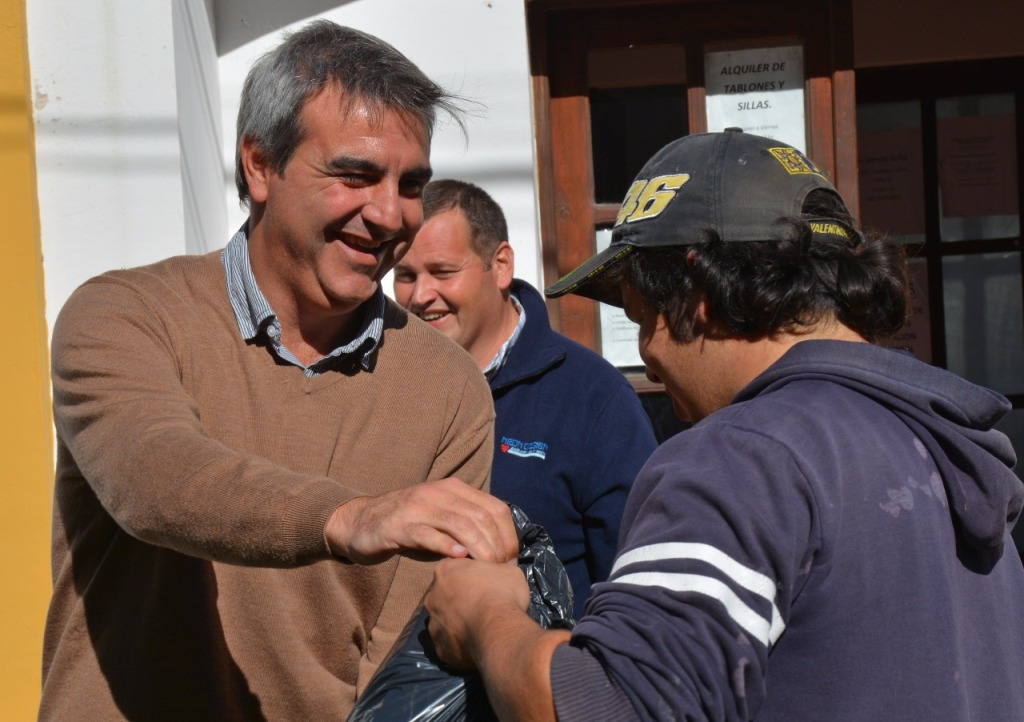 Este martes, el Municipio entregó indumentaria a los trabajadores de la delegación de Villa Lía y se inauguró el aire acondicionado en el SUM de la Escuela Primaria N° 13, donación de los padrinos de la institución y de la empresa Orbis Seguros.