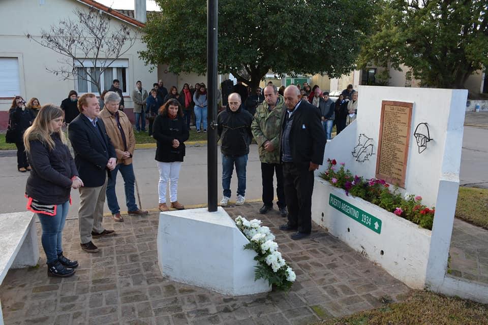 Comenzando la Semana de la Patria en Areco, este jueves por la mañana se realizó en Duggan un homenaje al héroe argentino José Luis Galarza, en el monumento a los Caídos en Malvinas, con presencia de sus familiares y excombatientes.