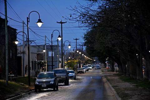 El Municipio informa que ya comenzaron a funcionar las nuevas luminarias de avenida Quetgles. Con tecnología LED, facilitan un consumo más eficiente de energía.