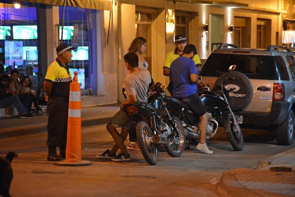 Este fin de semana, se reforzaron los operativos de control de motos con policías e inspectores municipales en distintos puntos de la ciudad y se incorporaron los patrullajes en bicicleta en la zona de la costanera.