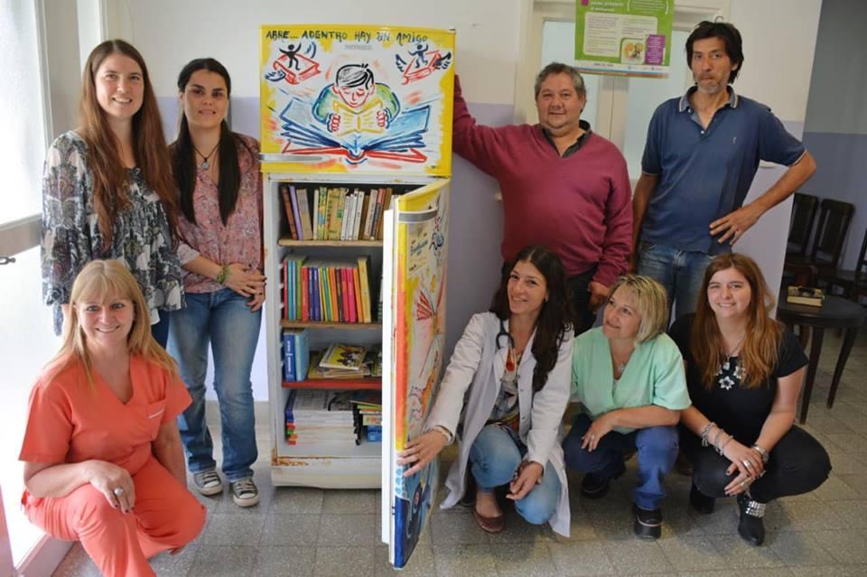 Llegó a Villa Lía la primera BiblioHeladera Areco, una iniciativa que reutiliza heladeras que son intervenidas por artistas y colocadas con libros en espacios públicos.