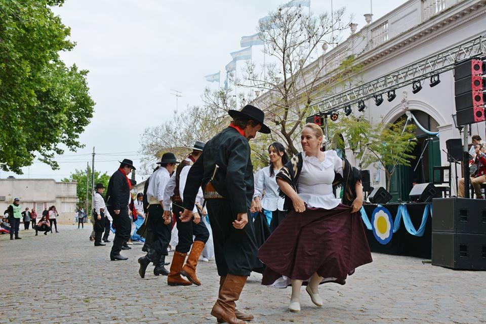 San Antonio de Areco festejó su 288° aniversario este lunes 22 de octubre por la mañana, con el gran desfile de instituciones, asociaciones y paisanos. La celebración continúa con actividades gratuitas y música en la Plaza Arellano durante la tarde.