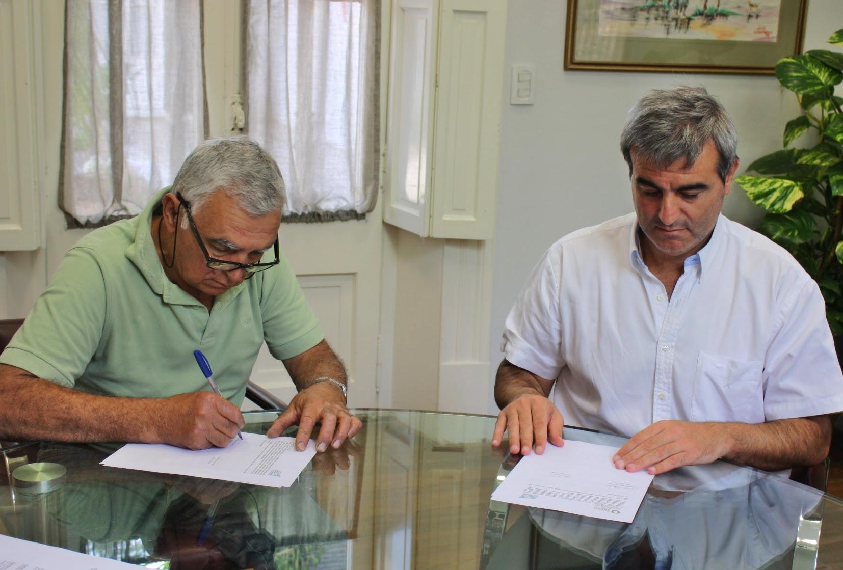 En la mañana de este miércoles, el intendente Francisco Durañona encabezó la firma de los contratos de compraventa de dos lotes del Parque Agroindustrial Juan Hipólito Vieytes.