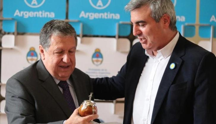 Ramón Puerta, embajador argentino en España, recibió en Madrid a Francisco Durañona, intendente de San Antonio de Areco, quien viajó a promocionar sus productos en el país ibérico. El jefe comunal, que se lanzó como precandidato del kirchnerismo por la Gobernación bonaerense, fue efusivo en los agradecimientos.
