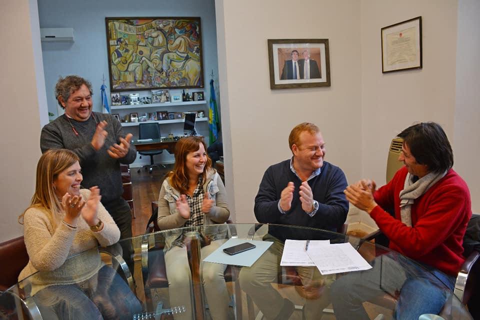 El municipio local firmó este jueves un convenio con la Cooperativa 27 de Octubre.