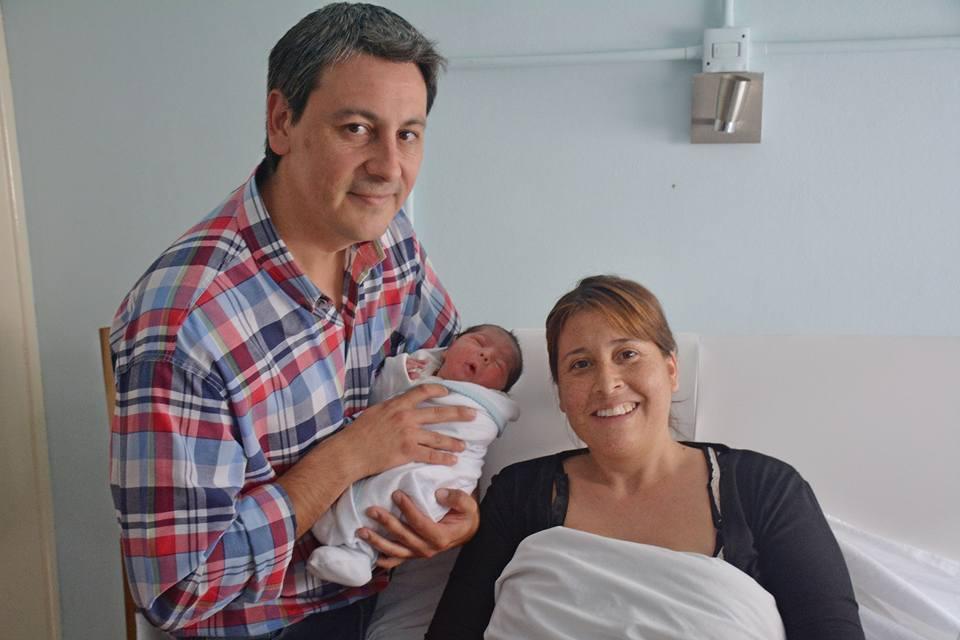 El bebé, llamado Amadeo, nació acompañado de su papá en la sala de partos, quien estuvo presente en todo el proceso.