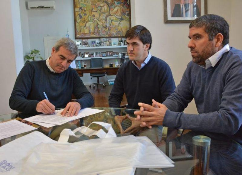 El intendente Francisco Durañona firmó la venta de un lote para este emprendimiento internacional que produce bolsas biodegradables.