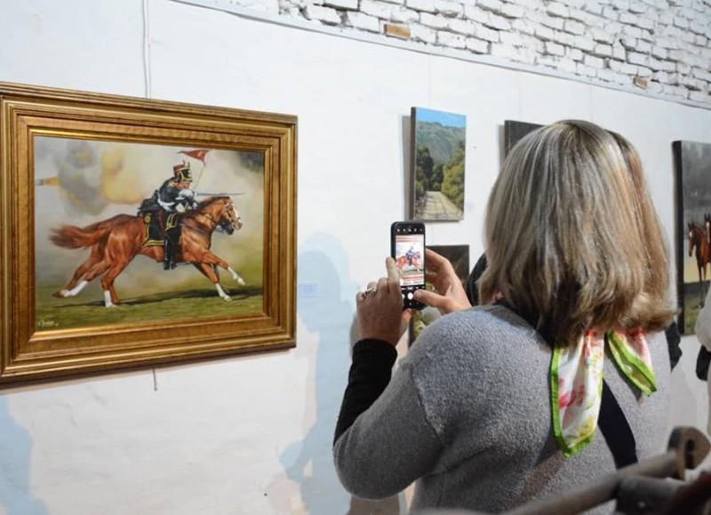 "Comenzó la apertura de la muestra de arte ""De vuelta al pago"" de Carola Taddeo."