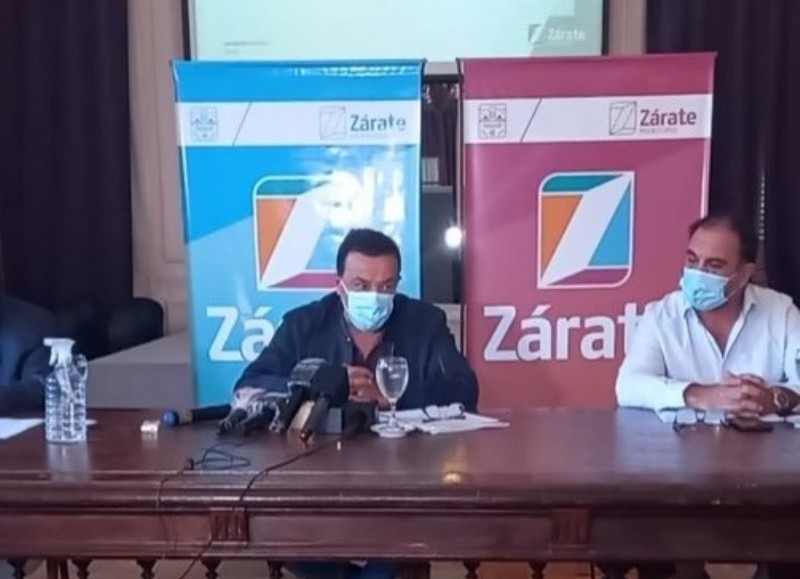 El intendente, Osvaldo Cáffaro en conferencia de prensa éste jueves.