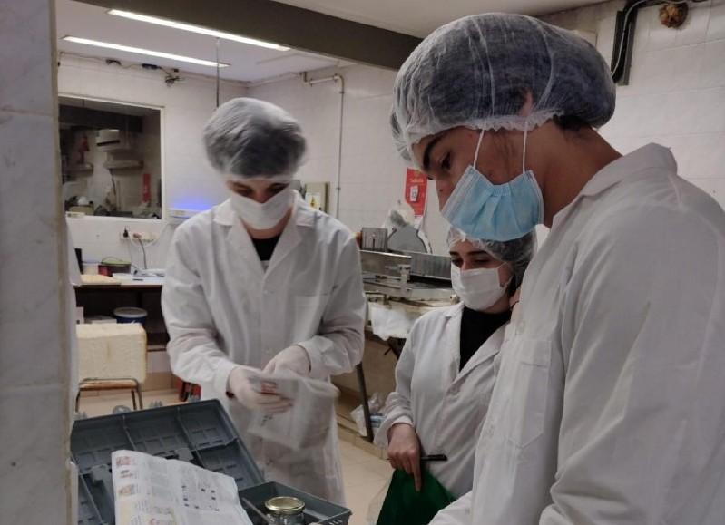 Los estudiantes siguen aprendiendo y mejorando sus técnicas para ejercer la profesión en el día a día.