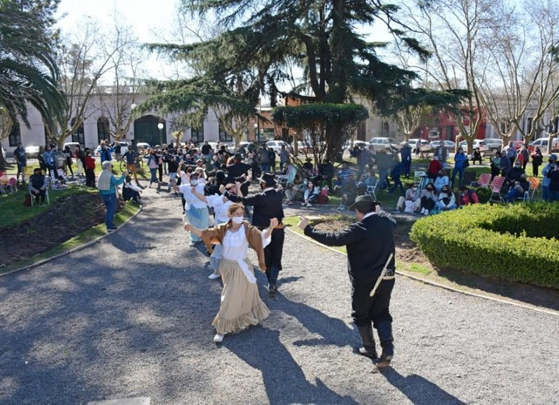 La Municipalidad de San Antonio de Areco organizó un gran encuentro junto al virtuosismo de los pintores arequeros, la música y canto.