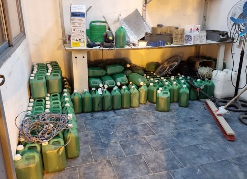 Más 200 litros de fertilizantes se secuestraron y otros elementos de interés para la causa.