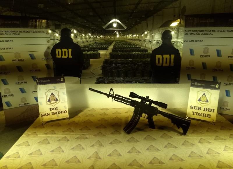 Se incautaron un rifle con mira telescópica, un arco, una pistola arpón, una carabina recortada, varias pistolas y municiones y hasta una catana.