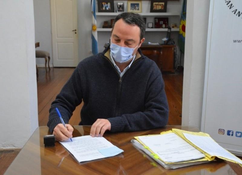 El intendente de la Municipalidad de San Antonio de Areco, Francisco Ratto, firmó un decreto para el beneficio del personal sanitario.