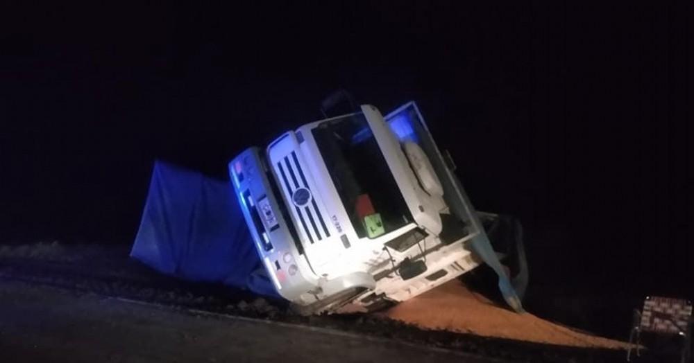 Un camión volcó este viernes en cercanías de la ciudad y su conductor fue derivado por precaución al hospital Zerboni.