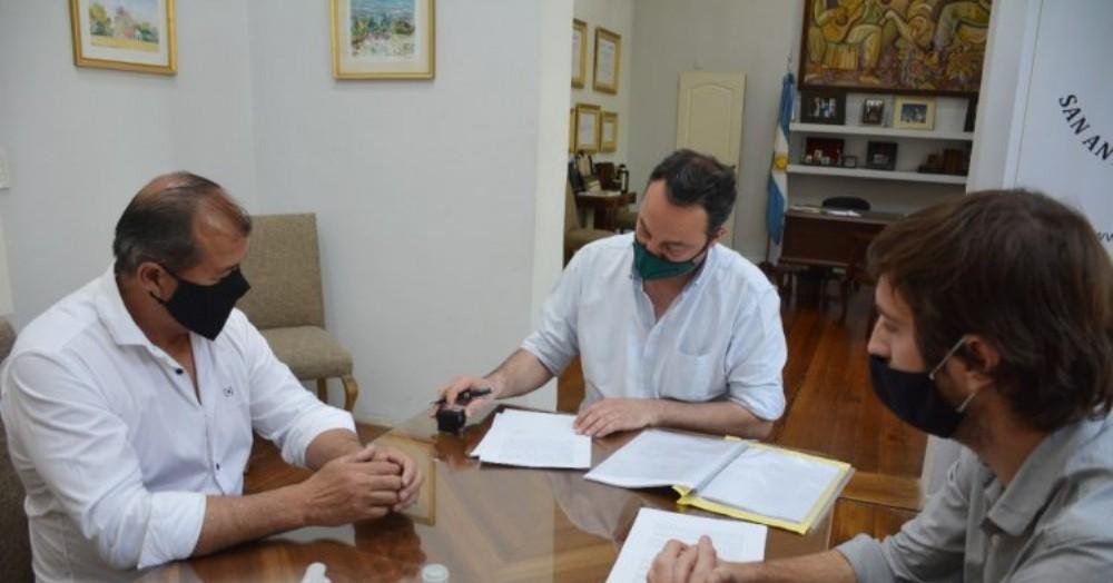 El intendente Francisco Ratto junto con el secretario de Obras Públicas y Planificación Lucas Smarke.