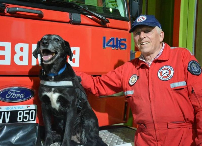 Camila integra la brigada K-9 del cuartel de Bomberos Voluntarios local.
