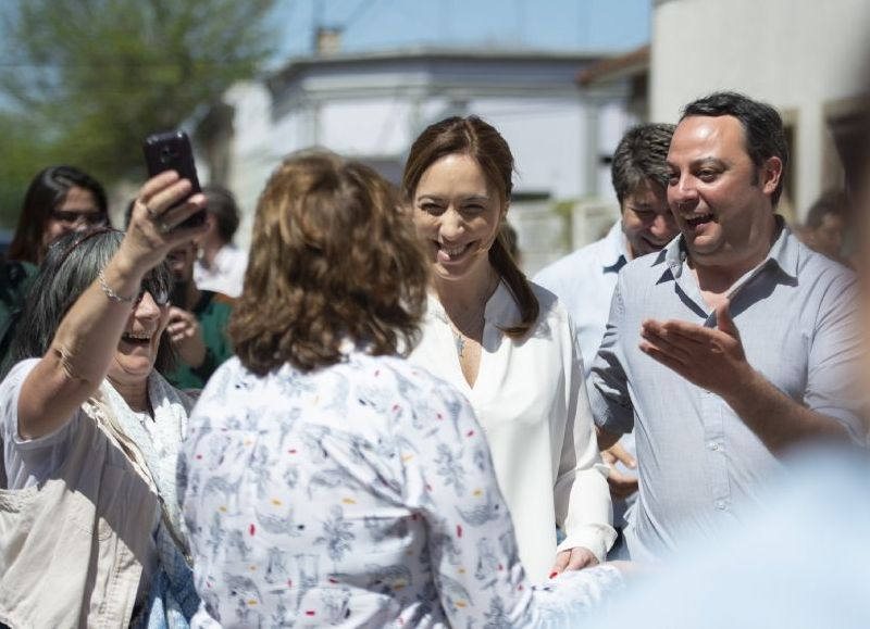 La gobernadora María Eugenia Vidal junto a un grupo de vecinos.