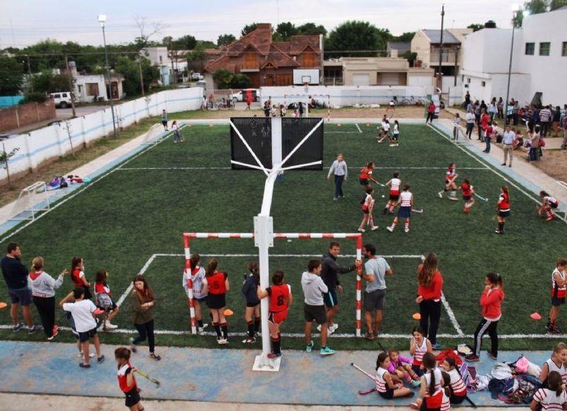 Este playón de césped sintético es el primero de acceso público y gratuito en Areco.