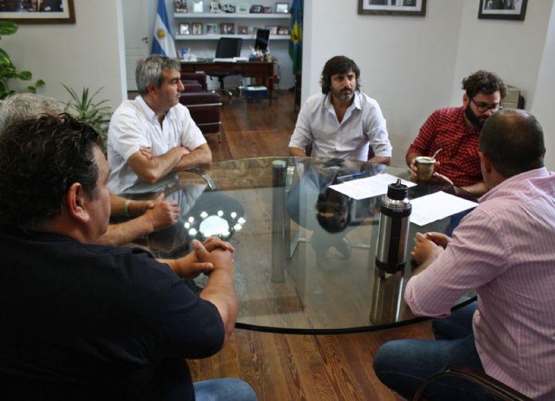 El intendente Francisco Durañona encabezó la firma de los contratos.