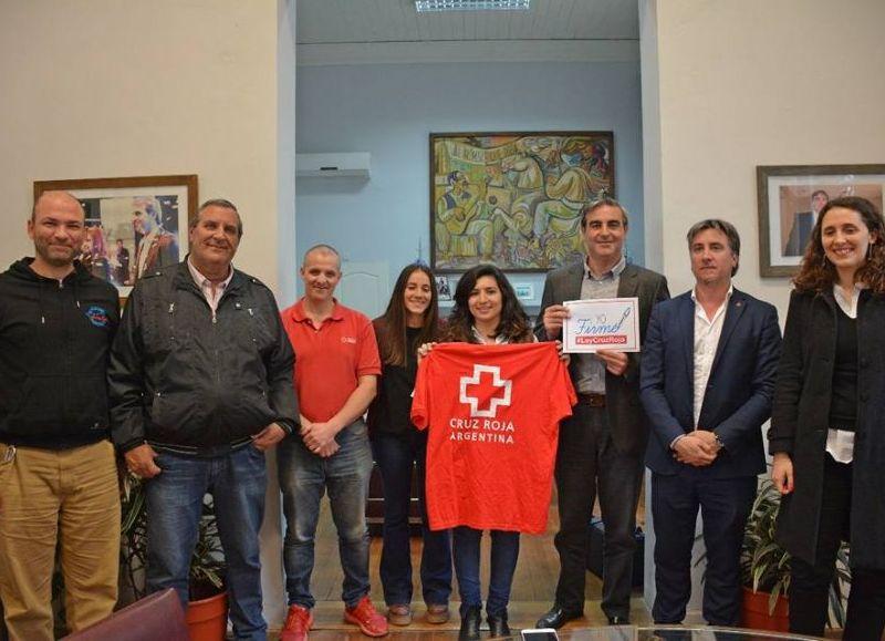 El intendente Francisco Durañona junto a los representantes de Cruz Roja.