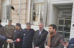 A la derecha del intendente Claudio Rossi está el jefe Departamental de Pergamino, comisario Antonio Olivero y su par Cristian Gómez y, al lado del secretario Municipal de Seguridad, Miguel Núñez, el comisario Pablo Fernández.