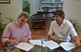 Participaron de la firma el intendente Francisco Durañona y el presidente de SANEAR, Maximiliano Voss, entre otras autoridades.