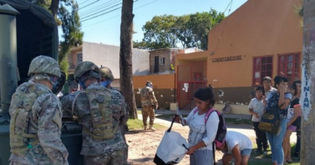 El Ejército Argentino entregó viandas en distintos barrios de Areco
