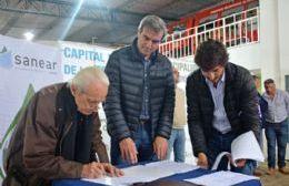 La firma entre el intendente y el representante de la empresa estatal SANEAR.